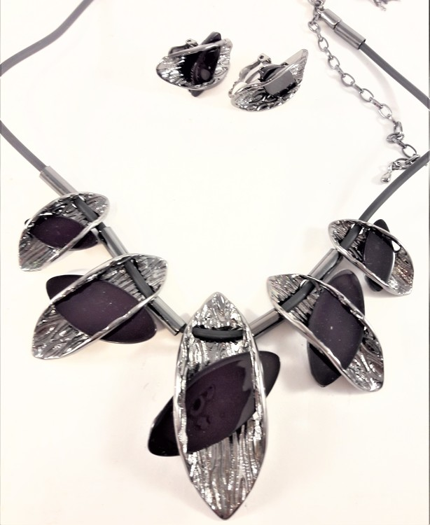 Dekorativt, tungt och vackert lyxhalsband och örhängen med vackra detaljer i mörklila.