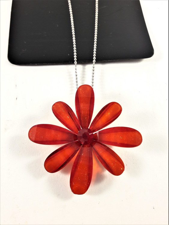 Halskedja med blomma och gnistrande sten, röd