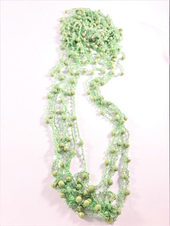 Flerradigt grönt halsband med kulor och pärlor