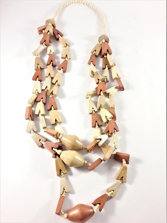 Flerradigt halsband i trä