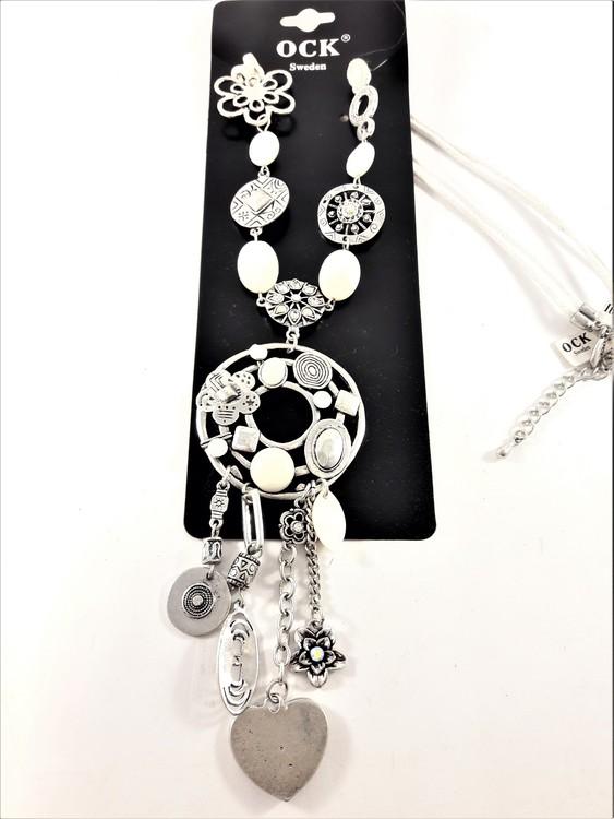 Halsband med rem i vitt läder och många fina detaljer som hjärta, stenar, pärlor och strass