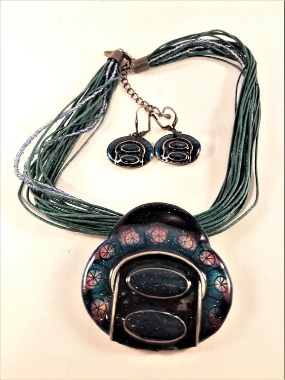 Flerradigt halsband i grönt med matchande örhängen