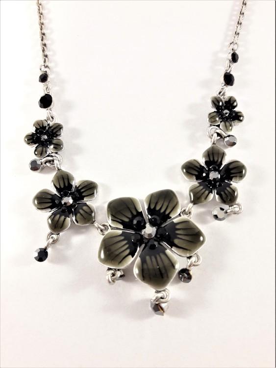 Halskedja med blommor och stenar i svart