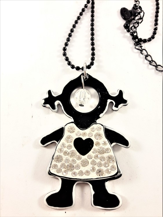 Halsband med små pärlor och hänge med flicka med klänning med strass