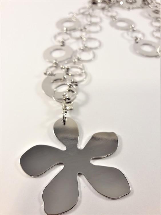 Halskedja med ringar och blomma som hänge, silverfärg