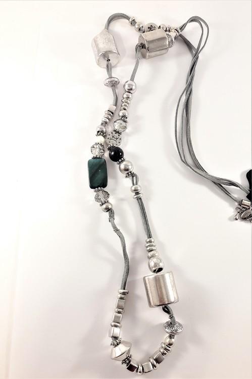 Långt halsband med många fina detaljer, silverfärg