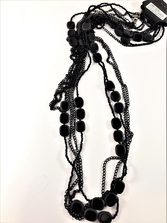 Flerradigt svart halskedja med svarta detaljer