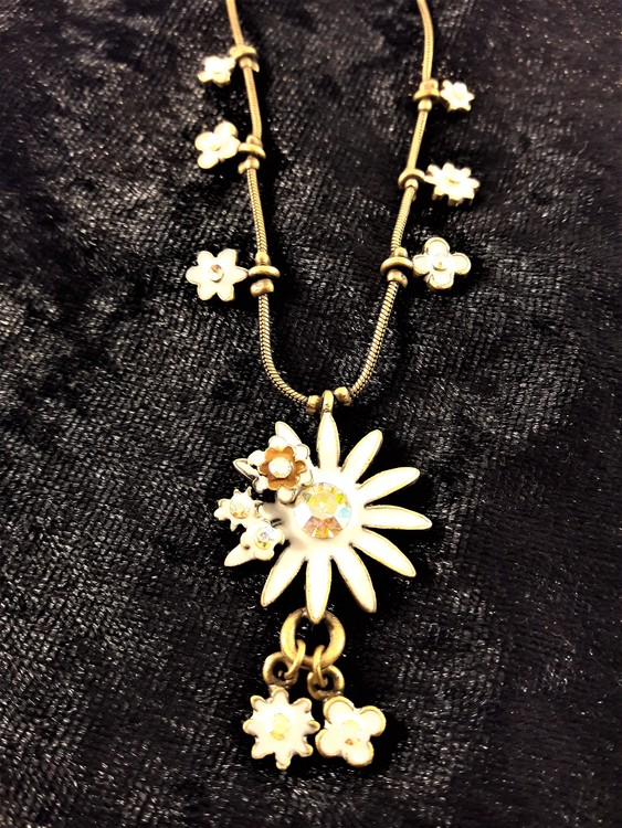 Sött halsband med vita blommor prydda med gnistrande strass