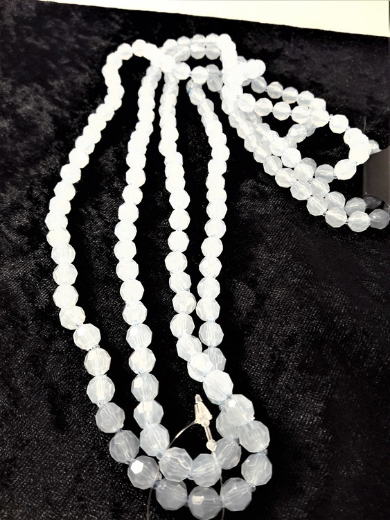 Långt halsband med matta ljusblå plastpärlor