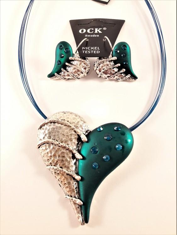 Halsband med hänge som hjärta i silverfärg, grönt och blått med strass