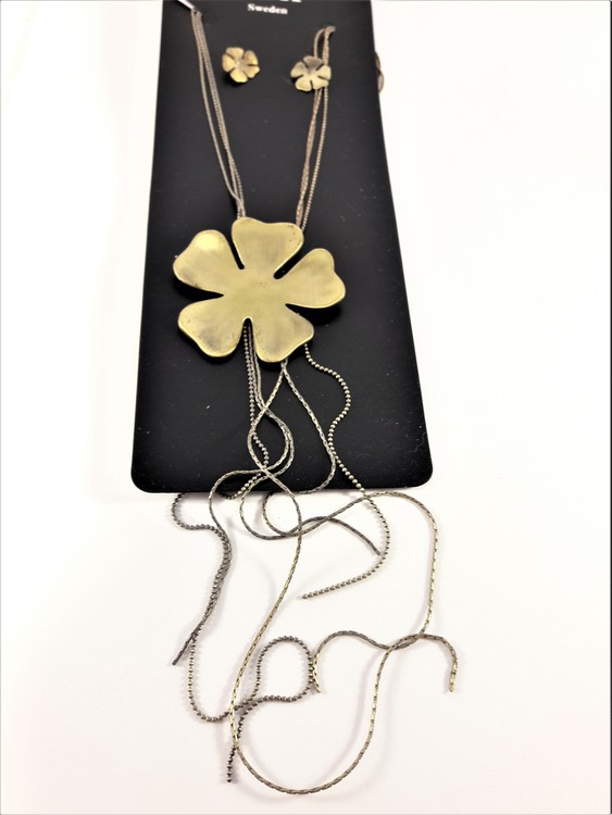 Halskedja med guldfärgat hänge som blomma och kedjor och matchande örhängen