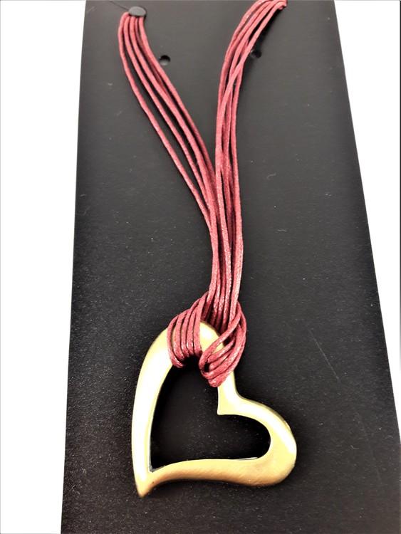 Halsband med röd rem hjärtformat silverfärgat hänge