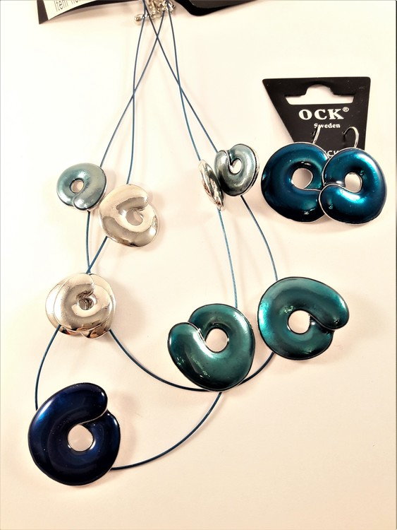 Tvåradigt halsband med detaljer i blått samt matchande örhängen