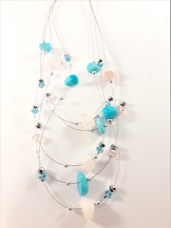 Flerradigt halsband med dekorationer i blått och rosa