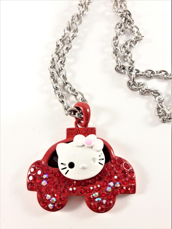 Halskedja med vit Hello Kitty i röd bil med strass
