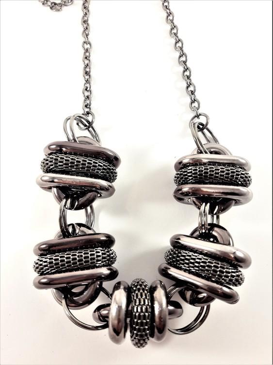Silverfärgad halskedja med liggande mörkgrå plastovaler