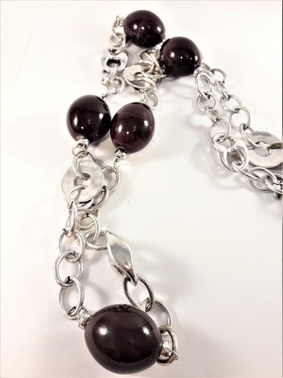 Långt, tungt silverfärgat halsband med länkar och stora lila kulor