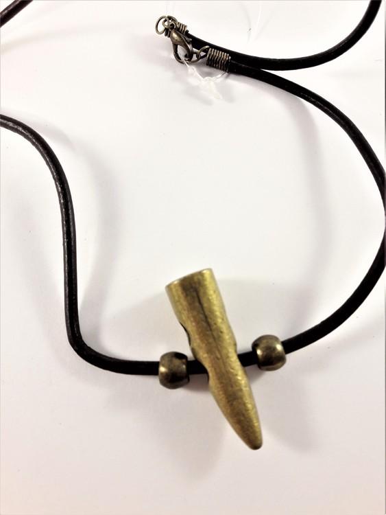 Halsband i läder med guldfärgat hänge