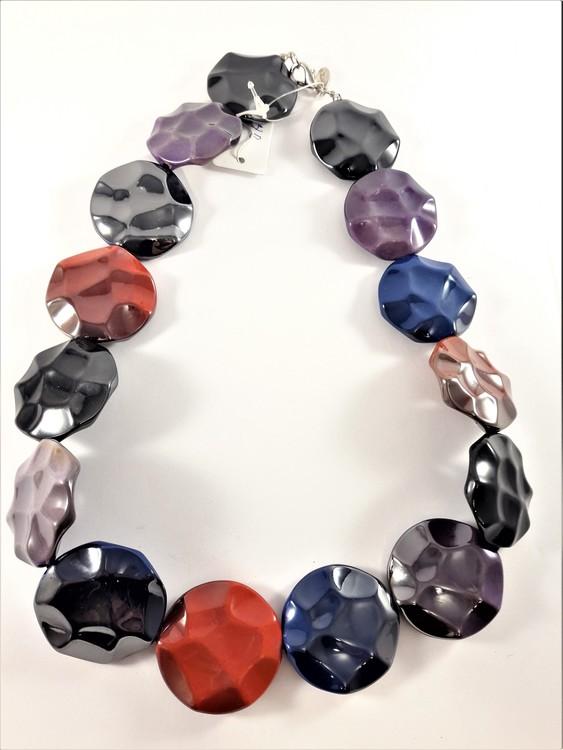 Färgglatt halsband med glansiga detaljer
