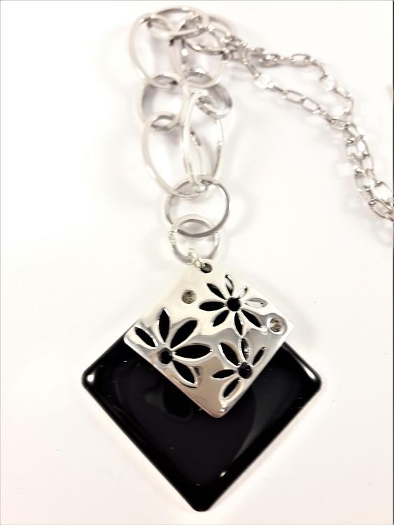 Halskedja med svart och silverfärgat hänge