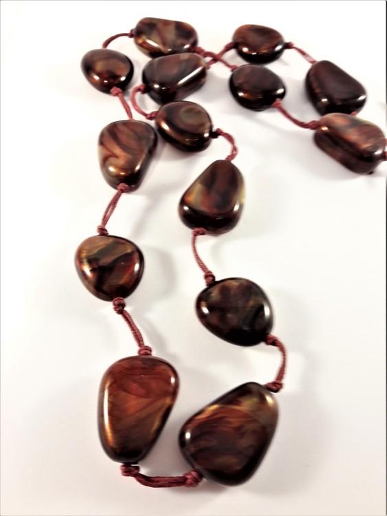 Halsband med röda stenar