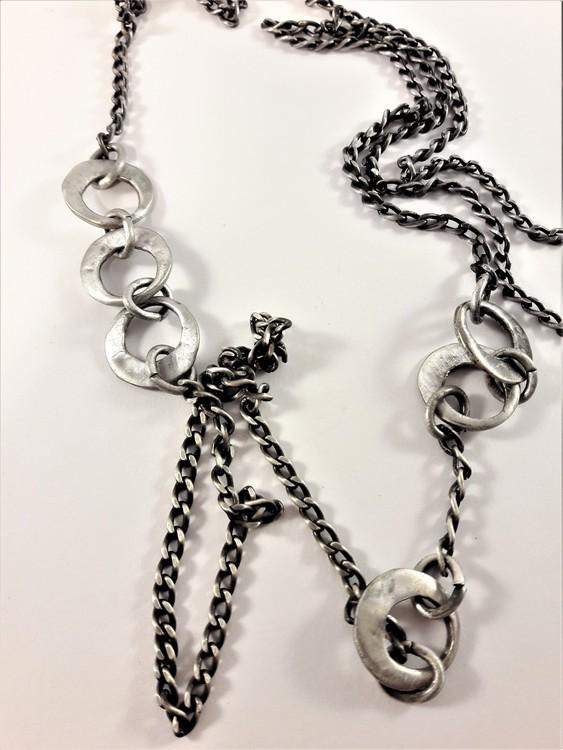Lång silverfärgad halskedja med hamrade ringdetaljer