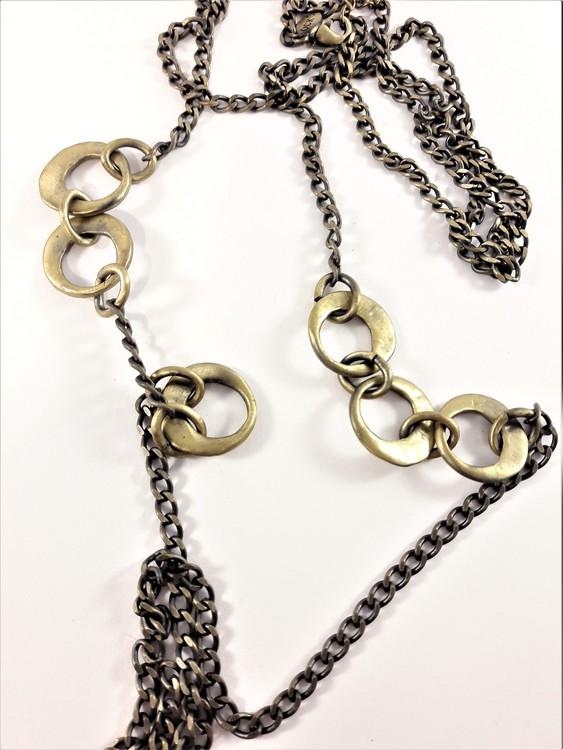 Lång guldfärgad halskedja med hamrade ringdetaljer