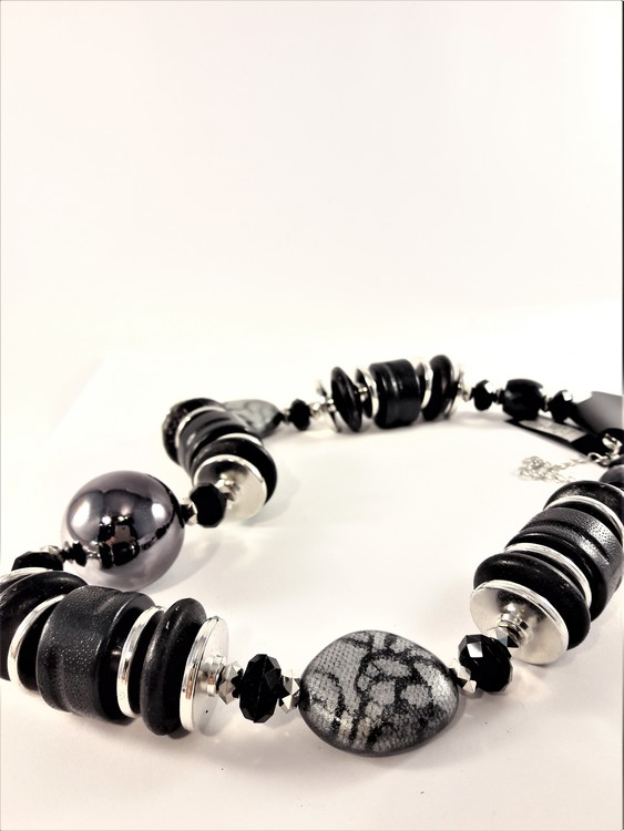 Halsband med stora svarta detaljer