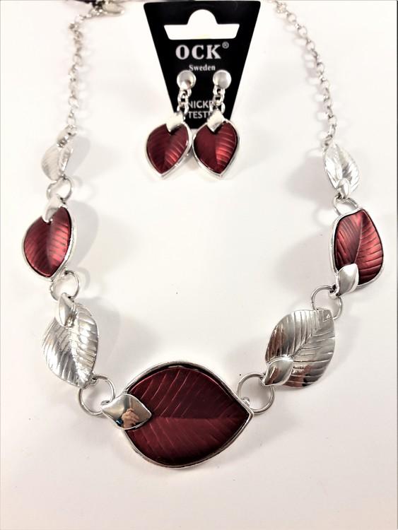 Silverfärgad halskedja med detaljer, löv i rött och silverfärg och matchande örhänge