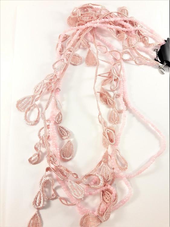 Långt flerradigt rosa halsband med små kulor och detaljer i spets