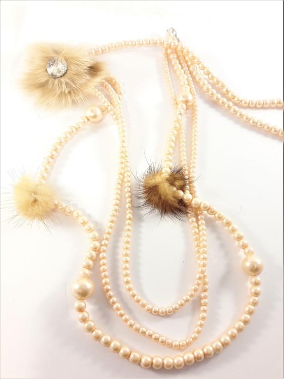 Långt aprikosfärgat flerradigt halsband med kulor och detaljer i skinn
