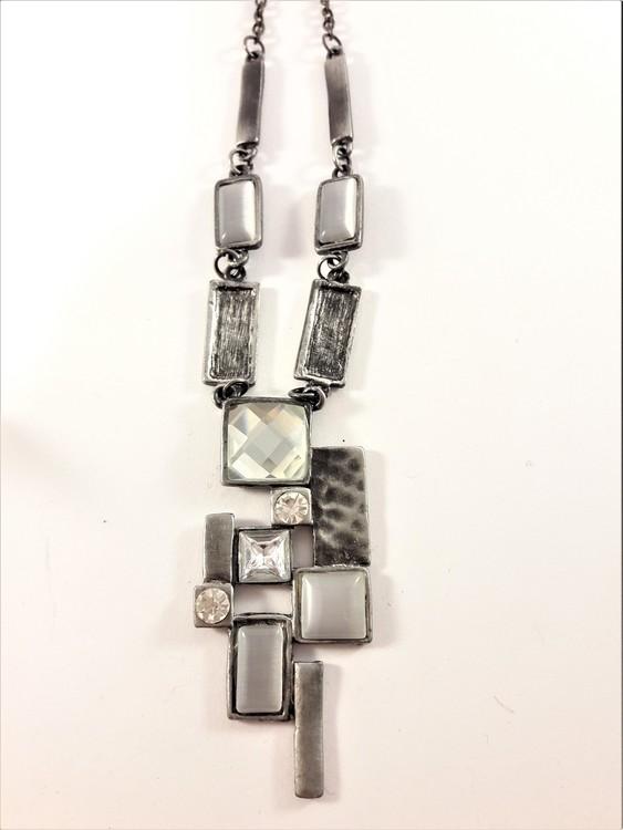 Halskedja med silverfärgade och detaljer och stenar