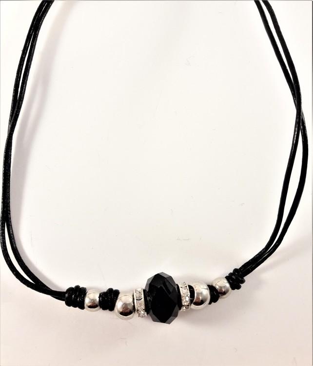 Halsband med svart läderrem och detaljer i svart