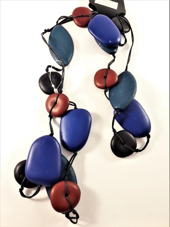 Långt halsband med stora ovaler och rundlar, röda, blå, svarta och gröna