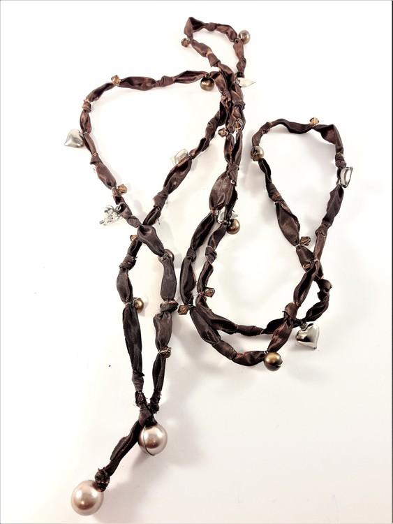 Öppet halsband i tyg med pärlor och hjärtan brun
