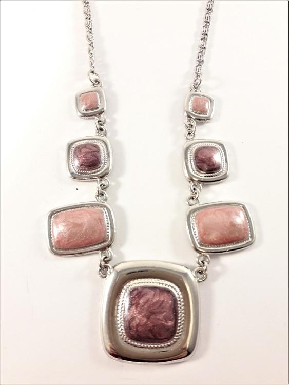 Halsband med detaljer i rosa
