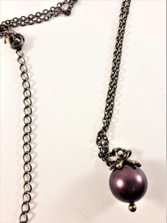 Sött halsband med liten kula i brunt