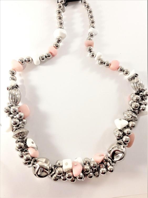 Kraftigt halsband med detaljer i silverfärg, turkos och lila