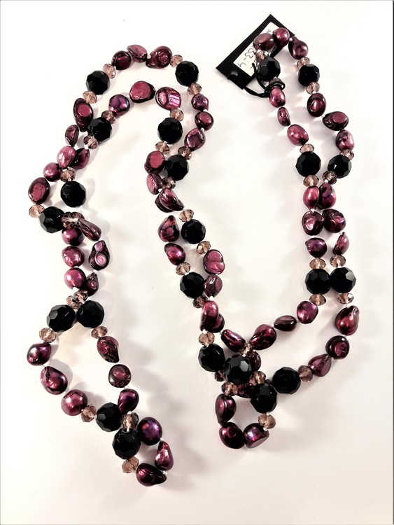 Långt, snyggt halsband med lilamelerade stenar