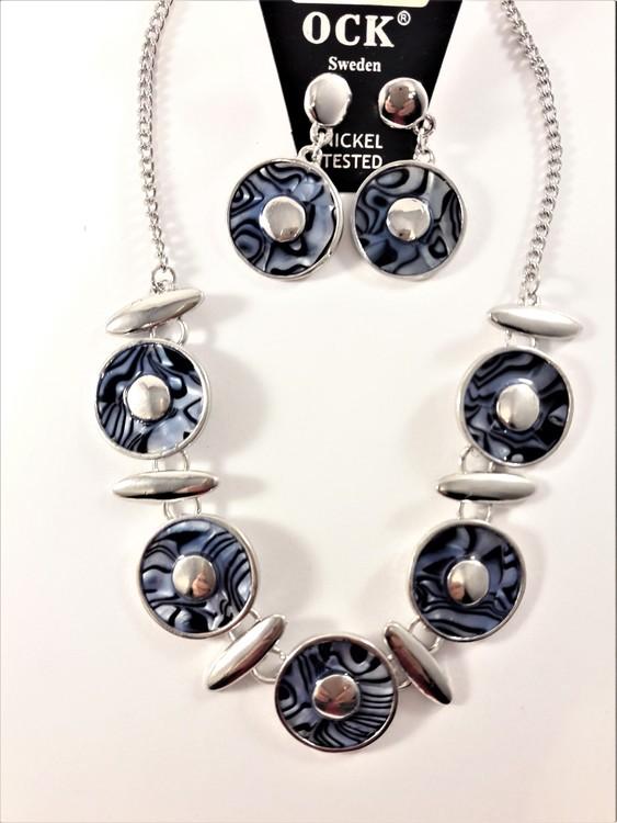 Halsband med blå melerade ringar samt matchande örhängen