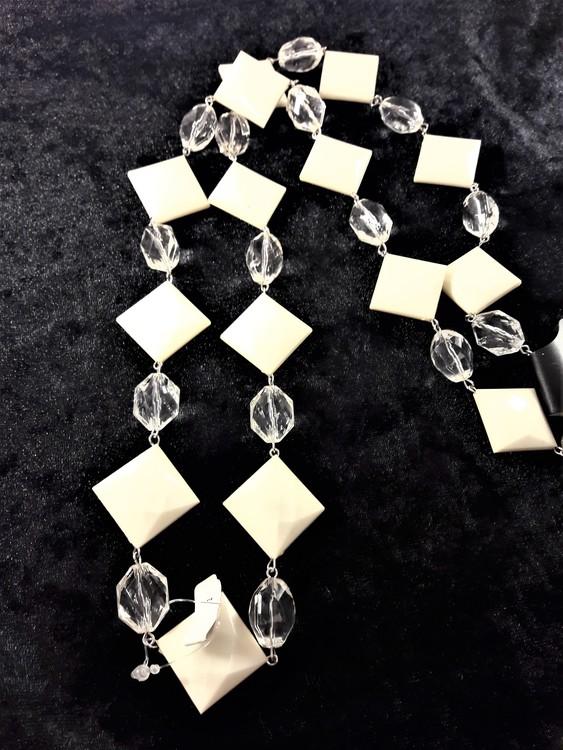Halsband med kulor och fyrkanter i vitt