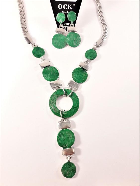 Halskedja med hänge i grönt och silverfärg samt matchande örhängen