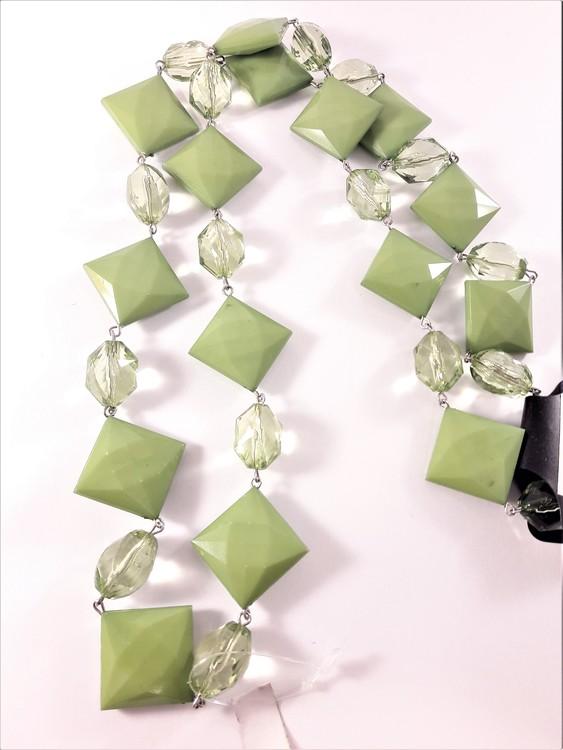 Halsband med kulor och fyrkanter i grönt