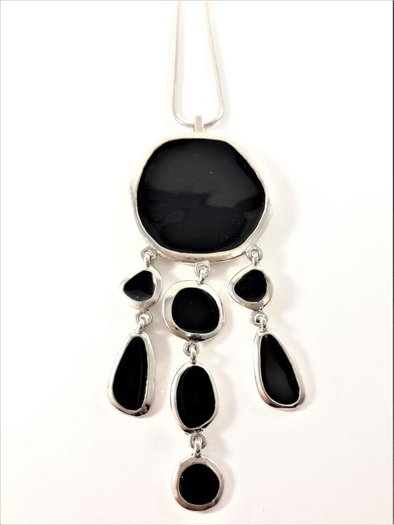 Halsband med hänge och detaljer i svart