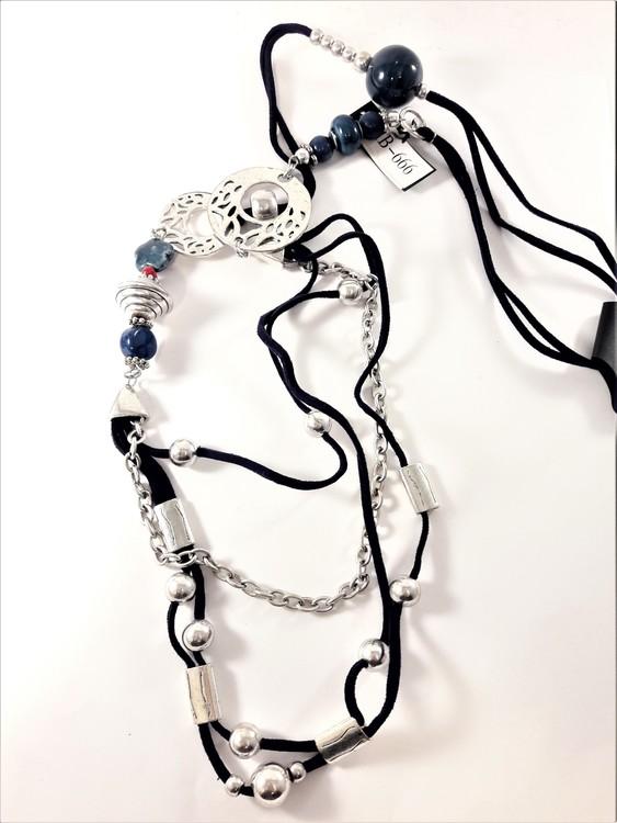 Halsband med många fina silverfärgade och blå detaljer