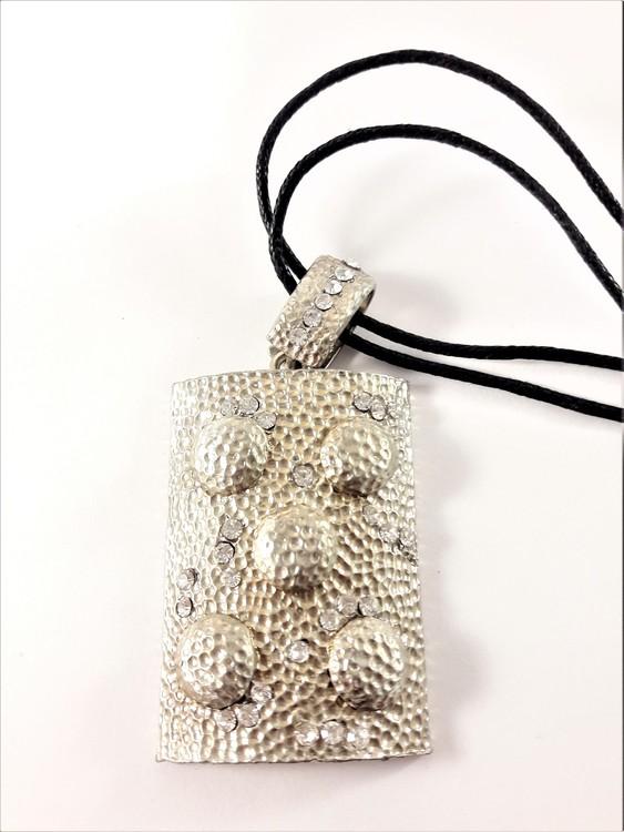 Halsband med dekorerad platta med strass i ljus färg