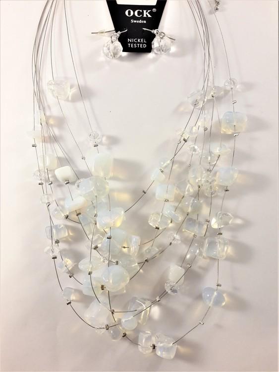 Flerradigt halsband med ljusblå-färgade dekorationer och matchande örhängen