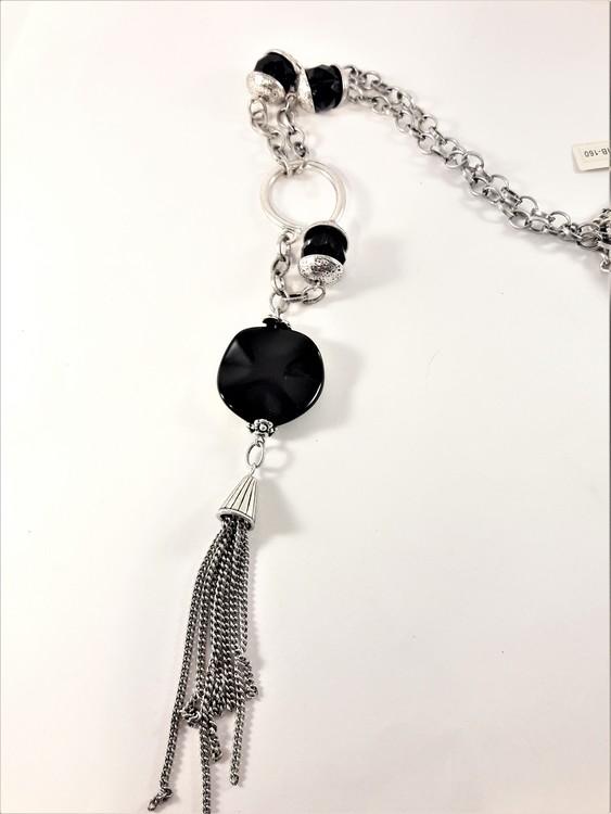 Detaljrikt halsband med kedja och många svarta och silverfärgade detaljer