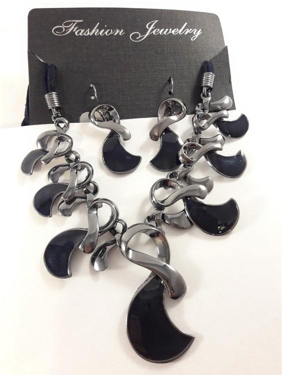 Dekorativt och vackert lyxhalsband och örhängen i blått
