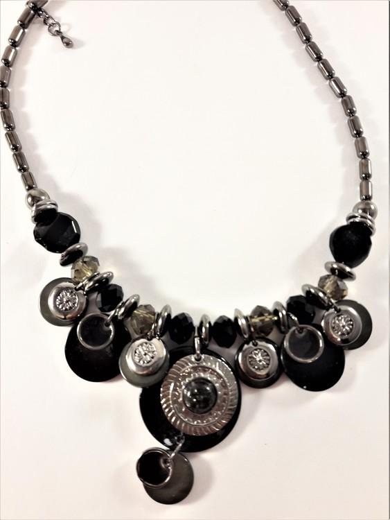 Detaljrikt halsband med många detaljer i svart och silverfärg